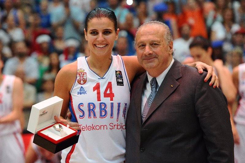 Ana Dabovic receives the MVP award from FIBA President Horacio Muratore